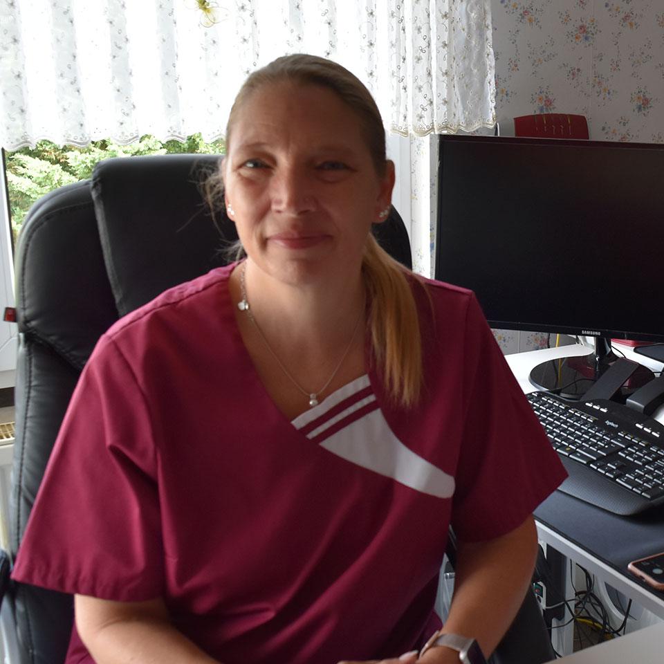 Monika Müller, die Ansprechpartnerin für den Pflegedienst Adler, an ihrem Arbeitsplatz